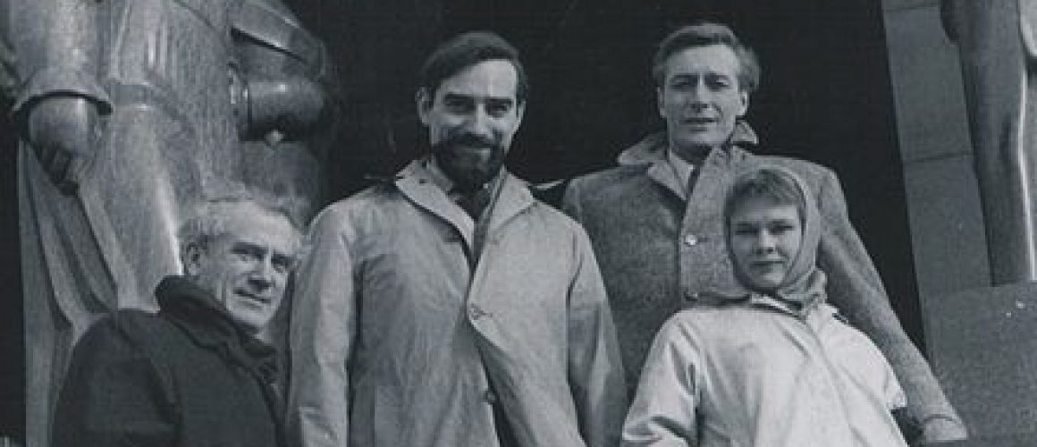 Judi Dench pictured with Laurence Olivier, John Neville and Joseph OConnor in Belgrade int he early 70s. Picture credit: Stevan Kragujevic wikipedia creative commons.